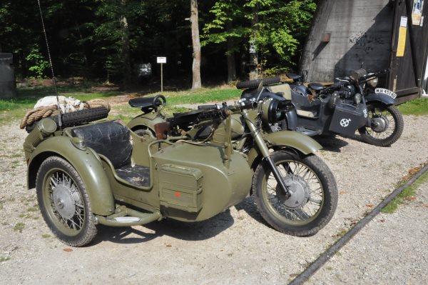 Zabytkowy motocykl przy bunkrze w Konewce