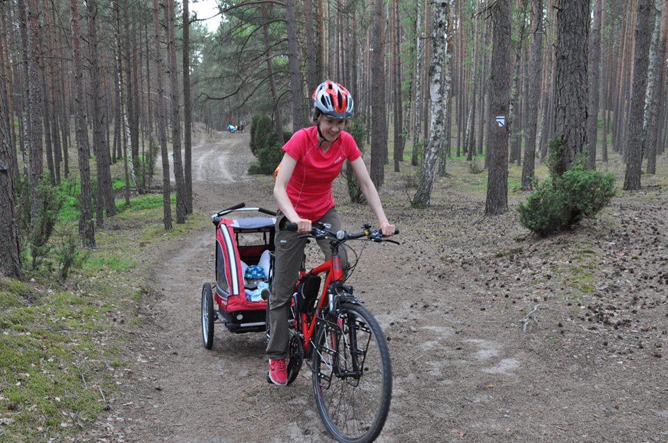 Przyczepka rowerowa Nordic Cab Explorer na szlaku rowerowym w Borach Tucholskich