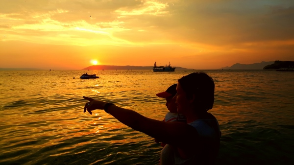 Na plaży w Tucepi - piękny zachód słońca. Chorwacja z dziećmi - na Riwierze Makarskiej