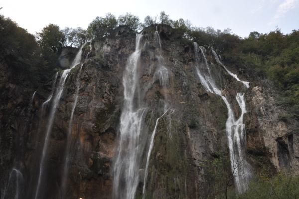 Park Narodowy Jezior Plitwickich. Wysoki na 78 m Wielki Wodospad (chorw. Veliki slap). Największy wodospad Chorwacji. Chorwacja z dziećmi