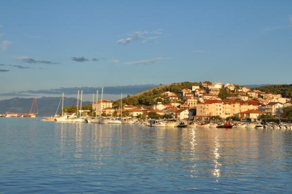 Widok na kontynentalną część Trogiru. Chorwacja z dziećmi.