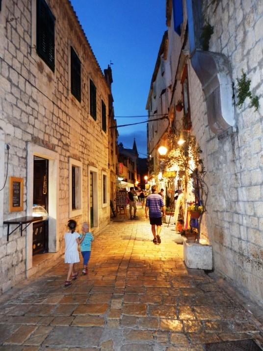 Wąskie uliczki Trogiru - Chorwacja wyjazd z dziećmi