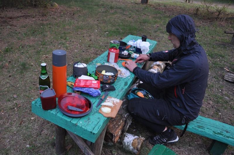 Krzysiek przygotowuje kolację.