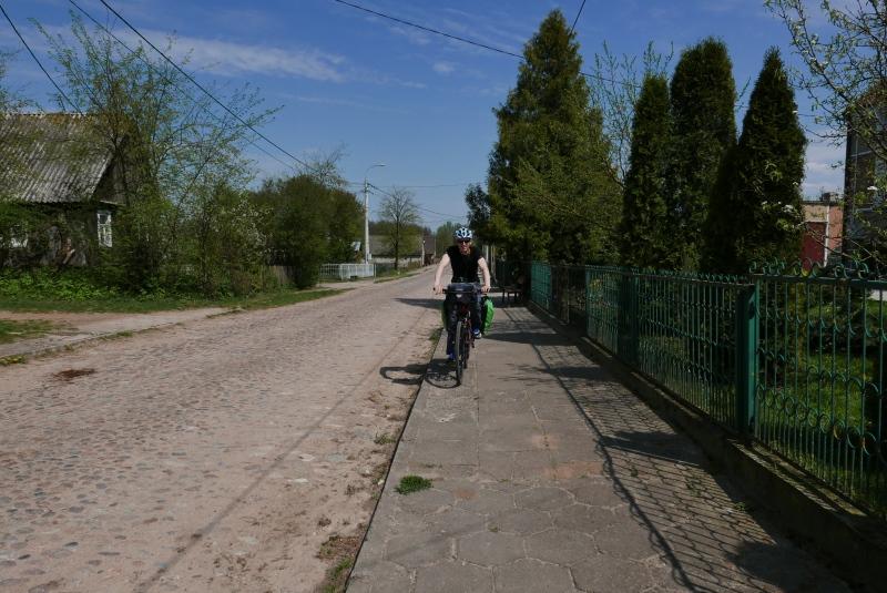 Na trasie trafiały się jeszcze kamieniste drogi, nieliczne już jednak, zastępowane asfaltowymi.