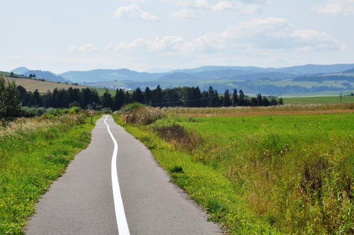 Trasa główna Szlaku Wokół Tatr, czyli rowerem po nasypie dawnej linii kolejowej po stronie słowackiej