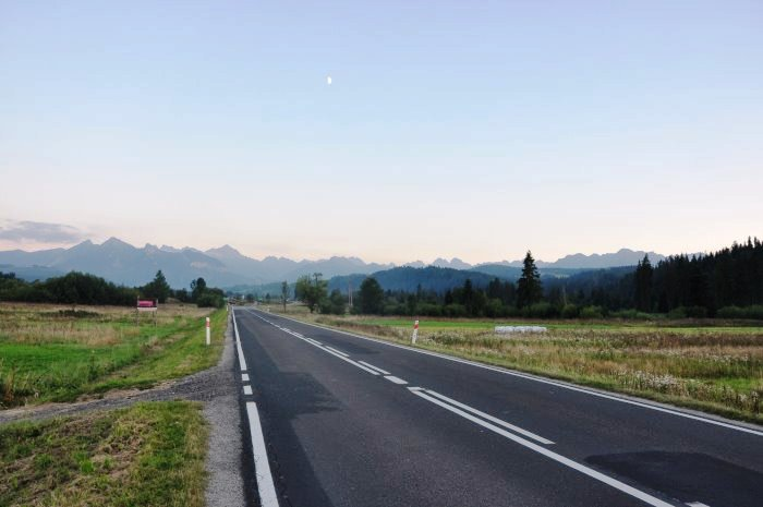 Widok na Tatry z drogi krajowej nr 49 w kierunku Nowego Targu - okolice Jurgowa.