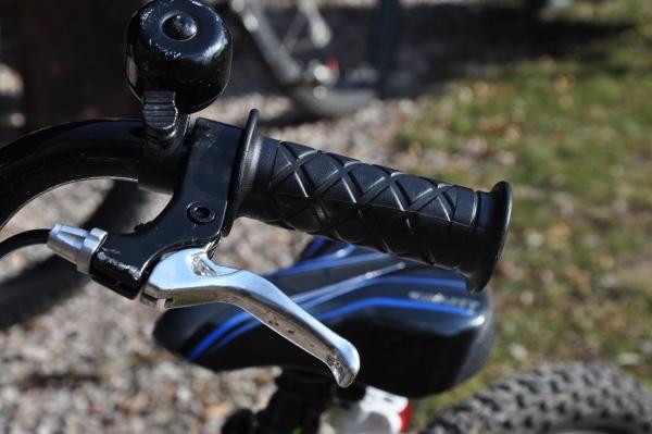 Źle dopasowana manetka hamulca w rowerze dziecęcym