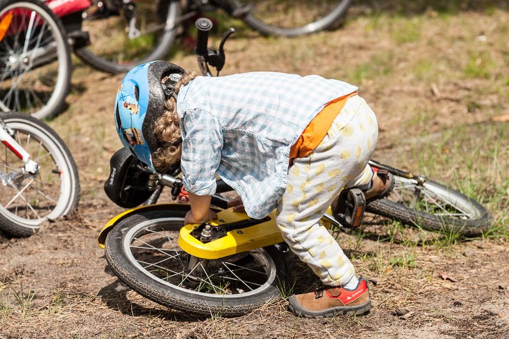 Upadki się zdarzają, szczególnie gdy próbuje się wsiąść na rower starszego kolegi ;)