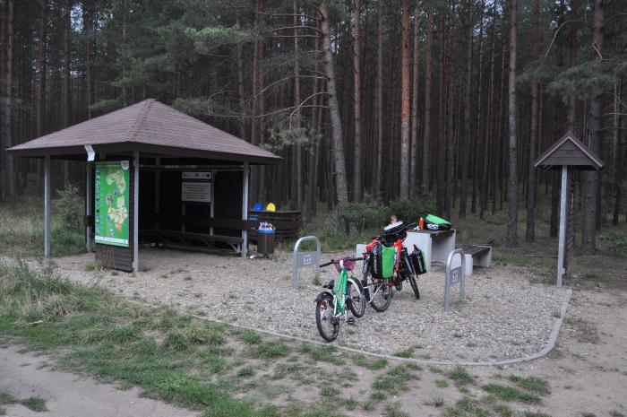 Odpoczynek przy Miejscu Obsługi Rowerzystów (MOR) na Szlaku Green Velo.