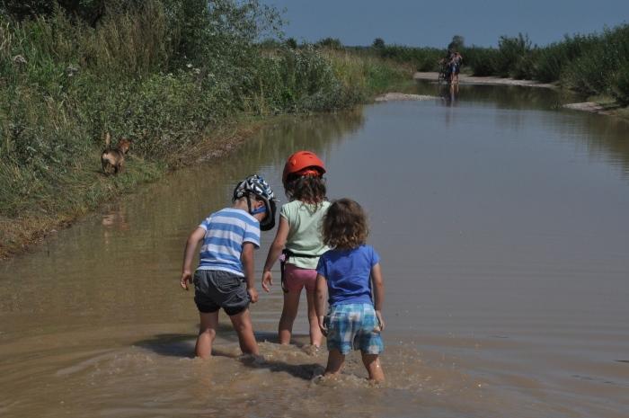Największa atrakcja tego dnia - brodzenie po zalanej drodze Dolistowo - Jasionowo