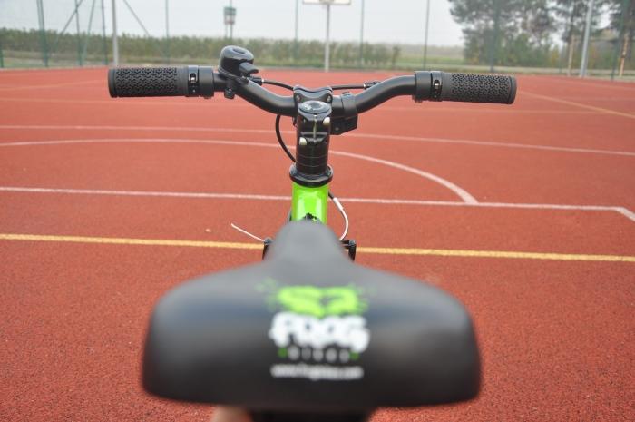 Kierownica we FROG 48 - bardziej agresywna oraz w WOOM 3 - typu BMX, prostsza w obsłudze dla początkujących rowerzystów.