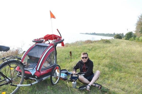 Naczynia turystyczne GSI Outdoors nad podczas rodzinnej wycieczki rowerowej wzdłuż Półwyspu Helskiego