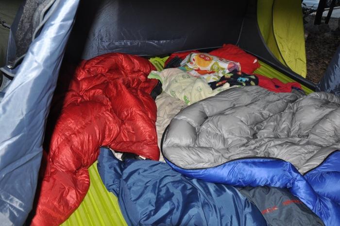 W środku namiotu Rockland Hiker 3 zmieściliśmy 4 maty o wymiarach 180 x 45 cm dla 2 dorosłych i 2 dzieci.