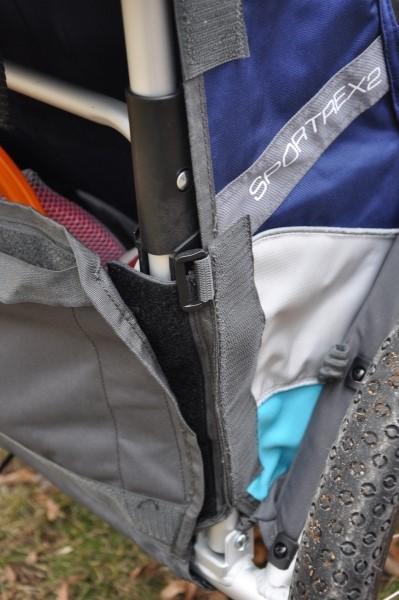 Rzepy w bagażniku zapobiegające przed wypadaniem przedmiotów.