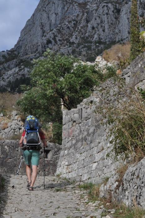 Męskie sandały Teva Winsted podczas spaceru po twierdzy w Kotorze
