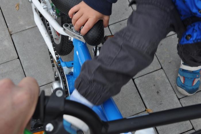 Dzięki niskiej ramie na rowerek WOOM 2 może wsiąść nawet 2,5 latek - oczywiście z pomocą rodzica.