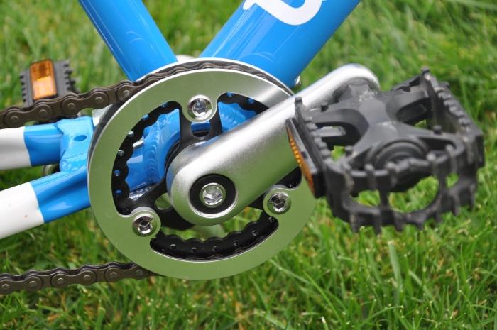 Osłona zębatki przedniej i aluminiowa, dostosowana do potrzeb dzieci korba w lekkim rowerze WOOM 2.